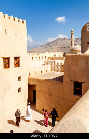Omani turisti in Nizwa Fort, Nizwa, Ad Dakhiliyah Regione, Oman Foto Stock