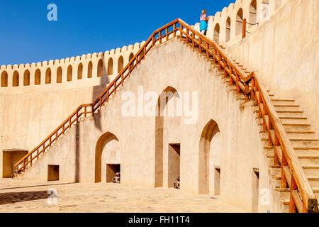 Un turista femminile a Nizwa Fort, Nizwa, Ad Dakhiliyah Regione, Oman Foto Stock