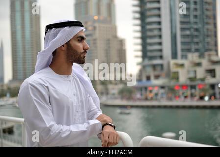 Giovani arabi Emirati imprenditore in piedi dal canale Foto Stock