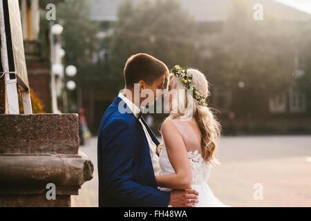 Sposo sposa tiene nelle sue braccia Foto Stock