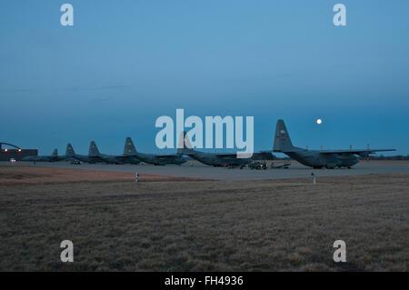 Hercules sedersi nella luce di una luna piena alla 179th Airlift Wing, Mansfield, Ohio, Feb 23, 2016. La Ohio Air Foto Stock