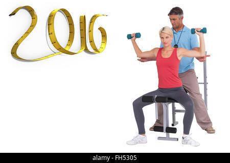 Immagine composita del trainer aiutando client pesi di sollevamento Foto Stock