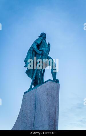 Statua di Leif Eriksen che scoprì l'America al di fuori della Chiesa Hallgrimskirka a Reykjavik, Islanda Foto Stock