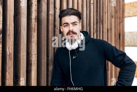 Ritratto di giovane ed elegante uomo con le cuffie Foto Stock
