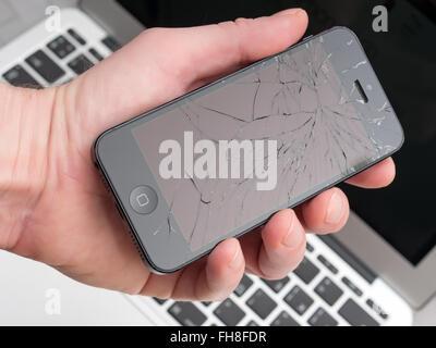 44696f7ec7c Apple iPhone 6 danneggiato con uno schermo rotto e un foro in un ...