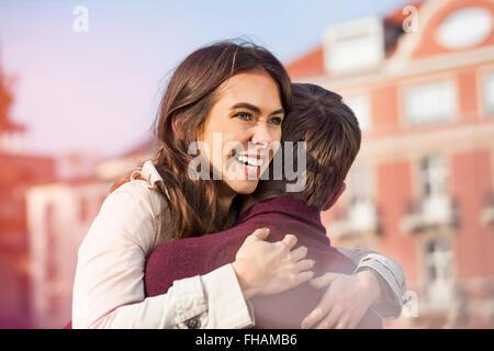 Germania Berlino, felice coppia giovane costeggiata Foto Stock