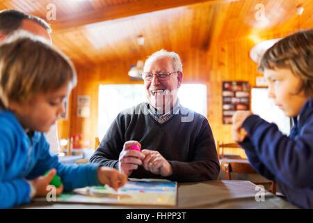 Senior uomo giocando con i suoi nipoti