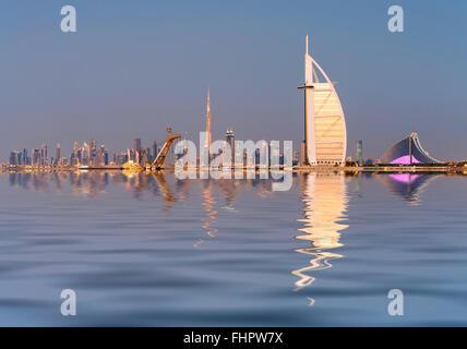 Skyline di Dubai waterfront con il Burj al Arab Hotel in Emirati Arabi Uniti Foto Stock