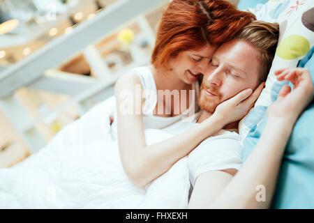 Coppia romantica in amore sdraiato sul letto ed essendo appassionato Foto Stock