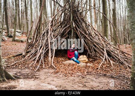Spagna, Barcellona, Santa Fe del Montseny, donna seduta in una capanna avente un periodo di riposo Foto Stock