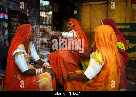 Le donne in clored sarees shopping per schiave in Jaisalmer ,India Foto Stock