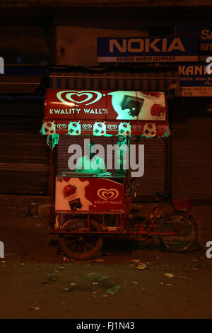 Vende gelati in una strada di Delhi di notte , India Foto Stock