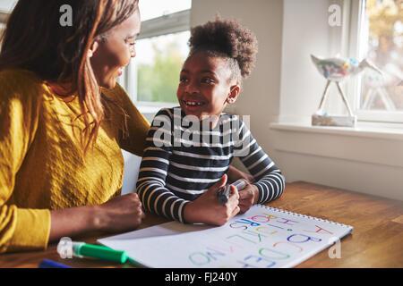 Little Black girl imparare a calcolare per la scuola elementare Foto Stock