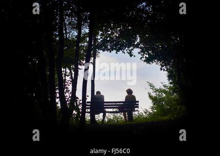 L uomo e la donna seduta su una panchina alla fine di un viaggio lungo e faticoso, Volme Hoehenring, in Germania, Foto Stock