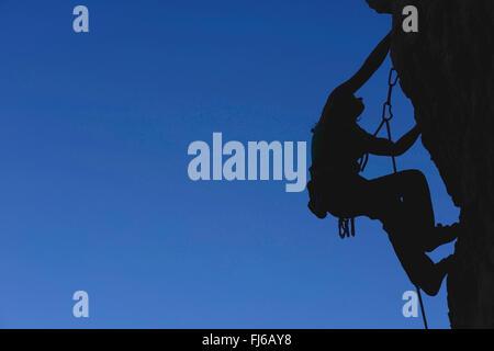 Donna arrampicata sulle rocce, un difficile percorso in Savoie, silhouette, Francia, Savoie Foto Stock