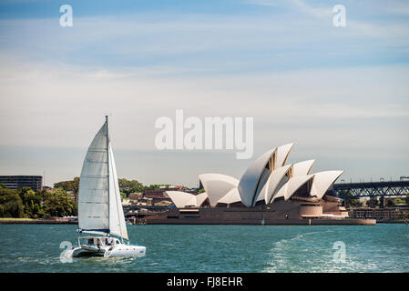 Sydney, Australia - 10 Novembre 2015: barca passando per la Sydney Opera House. Opera House è un multi-sede performing Foto Stock