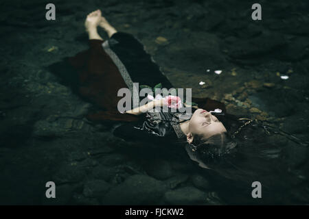 Bella flottante donna morta in acqua . Ofelia concettuale Foto Stock