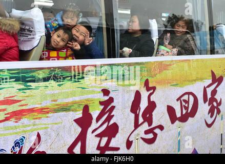Pechino, cinese della provincia di Anhui. 31 gennaio, 2016. La gente in attesa per la partenza su un autobus che offre il free ride home per i lavoratori migranti in città Fuyang, est cinese della provincia di Anhui, Gennaio 31, 2016. Il 40-giorno travel rush durante il 2016 Festival di Primavera di vacanze è venuto a scadenza il giovedì. Più di trecento milioni di persone in Cina hanno viaggiato in treno durante il Festival di Primavera di viaggio rush, che non significa soltanto del popolo cinese anelito per la riunione di famiglia e riflette anche lo sviluppo economico della Cina e il progresso sociale negli ultimi decenni. © Liu Junxi/Xinhua/Alamy Live News