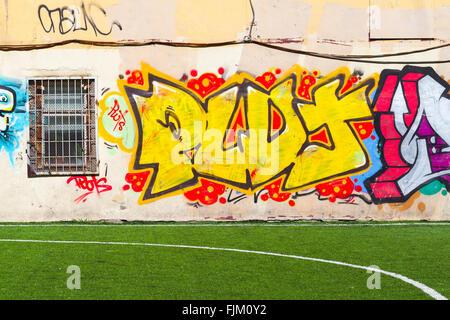 San Pietroburgo, Russia - 5 Maggio 2015: street art, coloratissimi modelli graffiti. Isola Vasilievsky Foto Stock