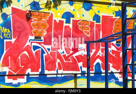 San Pietroburgo, Russia - 5 Maggio 2015: street art, colorati graffiti modelli di testo. Isola Vasilievsky Foto Stock
