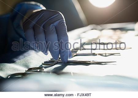 Close up chirurgo plastico raggiungendo per la siringa Foto Stock