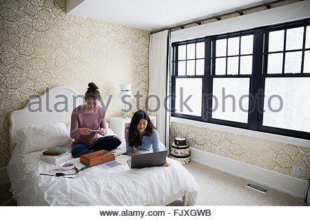 Madre e figlia adolescente con laptop gioielleria Foto Stock