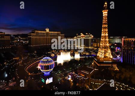 Vista del Paris Las Vegas e Bellagio Hotel & Casino di notte