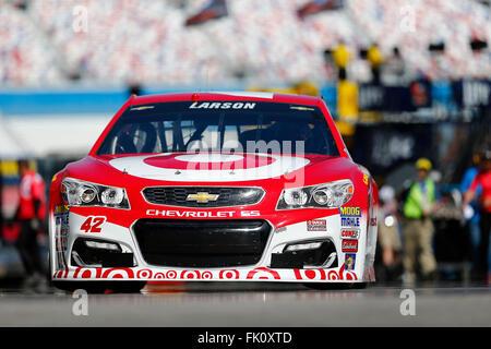 Las Vegas, NV, Stati Uniti d'America. Mar 4, 2016. Las Vegas NV - Mar 04, 2016: Kyle Larson (42) Le pratiche di Kobalt 400 al Las Vegas Motor Speedway in Las Vegas NV. Credito: csm/Alamy Live News Foto Stock
