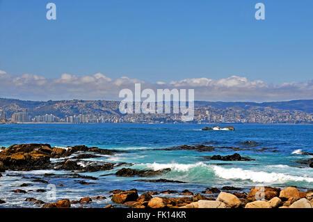 Oceano Pacifico costa con sullo sfondo Vina del Mar e Valparaiso Cile