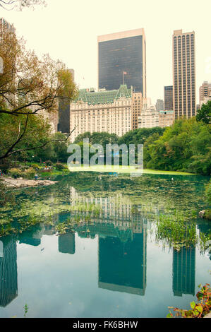 Midtown Manhattan riflessa nella Central Park Lake, New York, Stati Uniti d'America, America del Nord Foto Stock