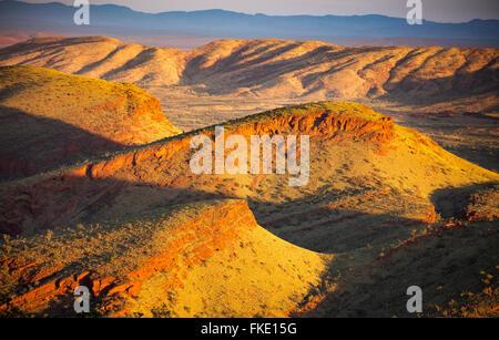 La regione di Pilbara vicino a Tom Prezzo da Nameless Hill, Australia occidentale Foto Stock