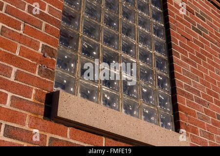 Finestra in vetro e un muro di mattoni Foto Stock