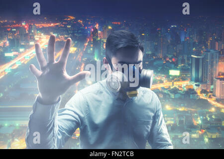 Giovane uomo in gas-mask Foto Stock