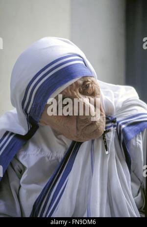 """Cercare di """" altre """" Fotografia di Madre Teresa in sguardo contemplativo. Indossava il crocifisso vicino al suo Foto Stock"""
