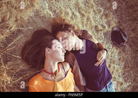 Coppia giacendo su erba dormire Foto Stock