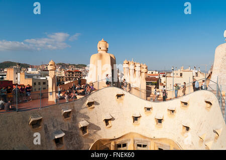 Barcellona, Spagna - Ott 16 2011: turistica adagiata vicino le torri di ventilazione sul tetto di Casa Mila, La Foto Stock