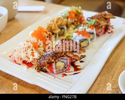 Set di sushi ; rotolo di sushi con salmone e anguilla affumicata Foto Stock