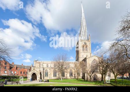 Santa Maria e Chiesa di Tutti i Santi, Chesterfield con la sua famosa guglia storta. Chesterfield, Derbyshire, Regno Foto Stock