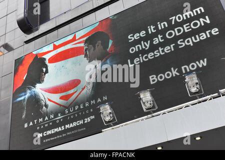 Leicester Square, Londra, Regno Unito. Il 18 marzo 2016. Batman v film Superman che viene rilasciato venerdì prossimo è di essere mostrato in 70mm Foto Stock