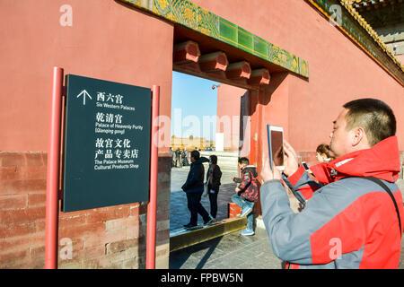 La Città Proibita di Pechino, Cina, domenica 13 marzo, 2016. I turisti nella Città Proibita di Pechino. Foto Stock