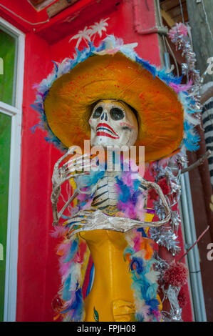 Un feathery, femminile La Catrina il giorno dei morti la scultura o Dia de los Muertos figura in Sayulita, Riviera Nayarit, Messico. Foto Stock