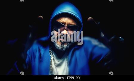 ... hip-hop outfit tenendo un ghetto blaster e guardando la telecamera ·  Ritratto di un ambiente urbano uomo anziano 34b7f2194028