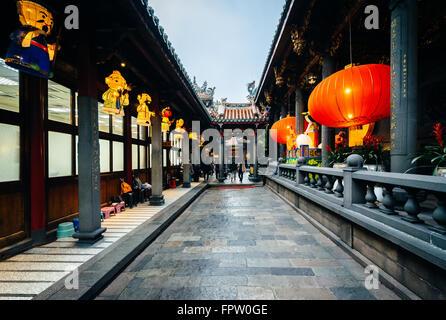 L'esterno del tempio Longshan, in Taipei, Taiwan. Foto Stock