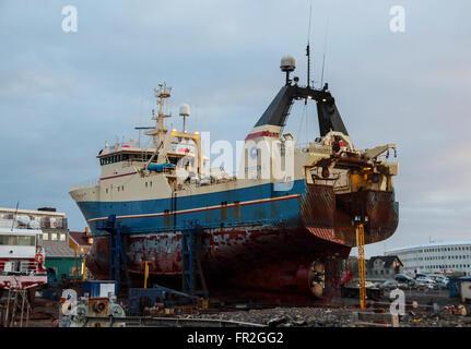 Imbarcazione per il servizio al porto di Reykjavik Foto Stock