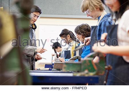 Gli studenti delle scuole medie nel negozio di macchina di classe Foto Stock