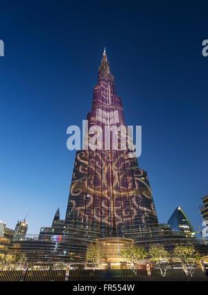 Vista del tramonto di Burj Khalifa Tower con le sequenze di illuminazione dei LED sulla facciata in Dubai Emirati Foto Stock