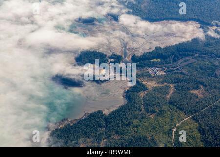 Vista aerea di nuvole che oscurano il velme durante la bassa marea lungo le rive delle zone rurali Ketchikan, Sudest Foto Stock