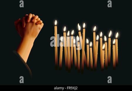 Candele accese e pregando le mani Foto Stock