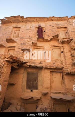 Vista interna del perfettamente conservati Agadir, granaio fortificato di Tasguent, il custode con le chiavi per Foto Stock