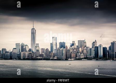 La parte inferiore di Manhattan skyline visto dalla baia superiore, il porto di New York, Stati Uniti d'America. Foto Stock